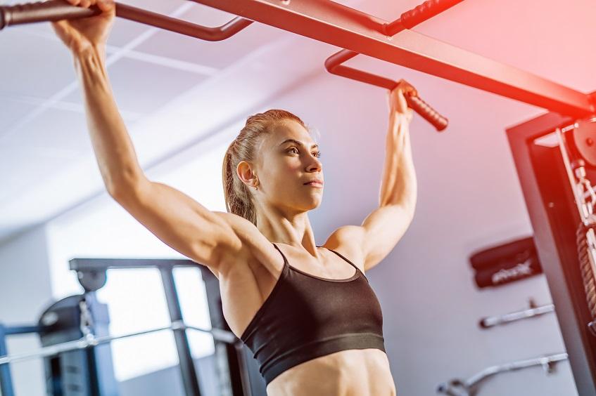 Ćwiczenia ramion na drążku