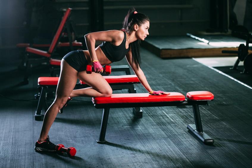 Ćwiczenie na ławce podnoszenie odważników