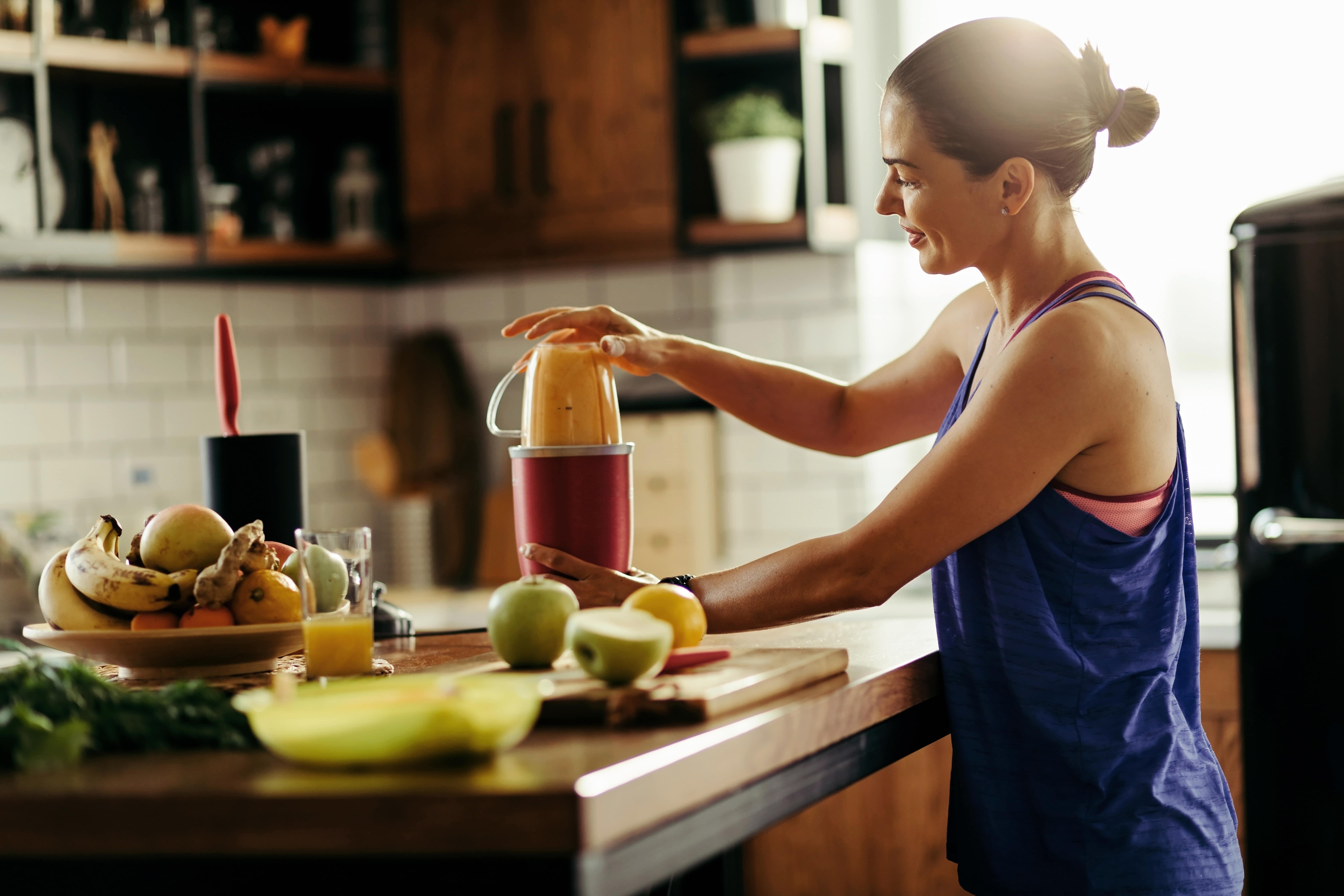 Kobieta przygotowująca zdrowy koktajl bezbiałkowy
