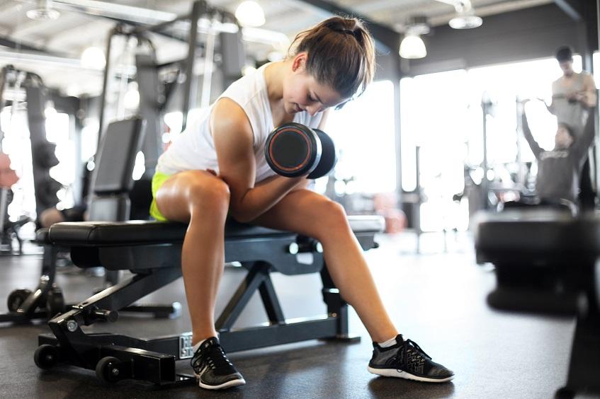Trening na biceps z trenerem personalnym